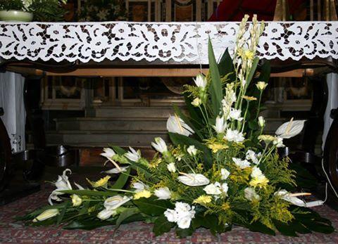 Composizione floreale di forma triangolare con fiori di colore bianco,con tocco di caprifoglio e spighe