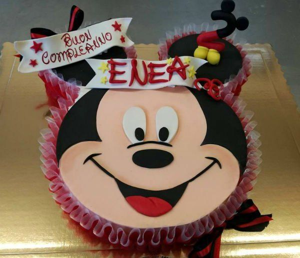 una torta da compleanno a forma di topolino