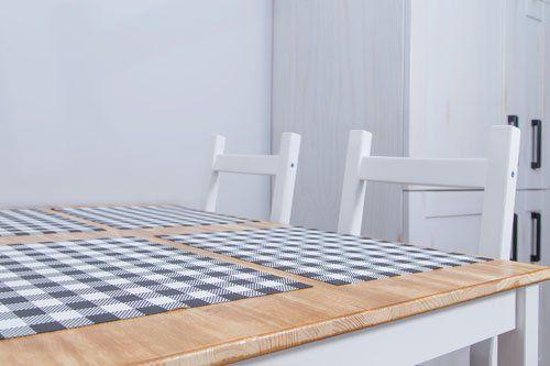 tovagliette americane a scacchi su tavola e due sedie