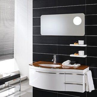 un bagno con un mobile da lavabo di color bianco