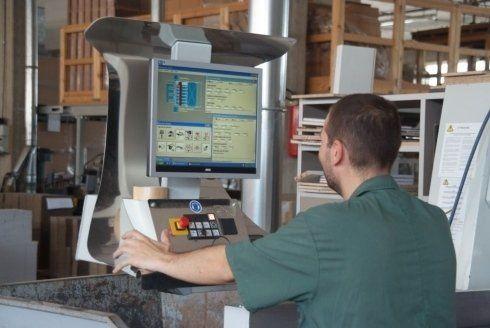un uomo mentre monitora un macchinario