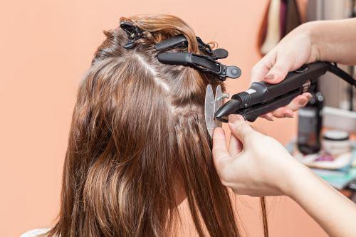 Donna durante infoltimento dei capelli