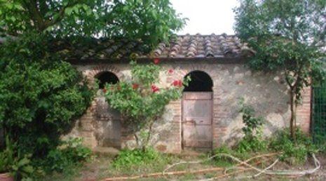 Esterno di casa da ristrutturare