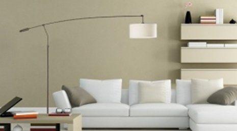 Stanza arredata e con pareti dipinte