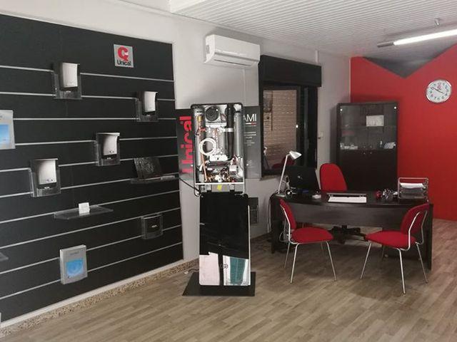 un ufficio con due caldaie in esposizione, una scrivania e un condizionatore