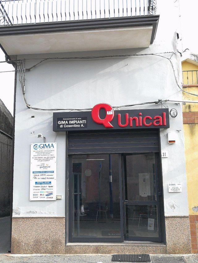 la porta d'ingresso e un'insegna con scritto Q Unical
