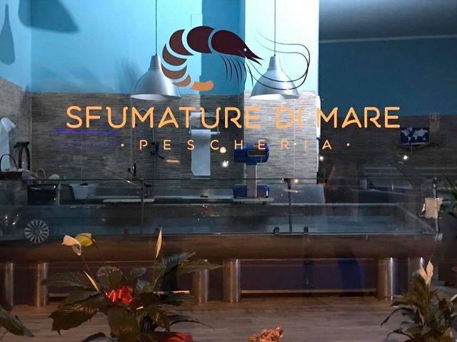 vista della vetrina dall'esterno del negozio con scritto Sfumature Di Mare pescheria Livorno