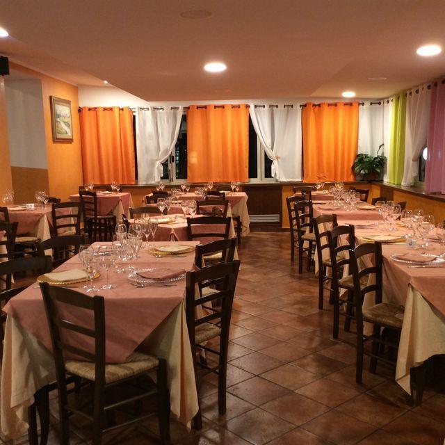 Interno di un ristorante con tavoli apparecchiati