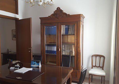 Ufficio classico con armadio pieno di raccoglitore