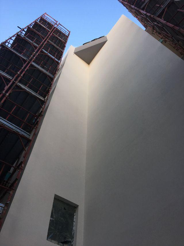 grande costruzione con pareti bianche