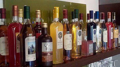 delle bottiglie di vino su una mensola bordeaux
