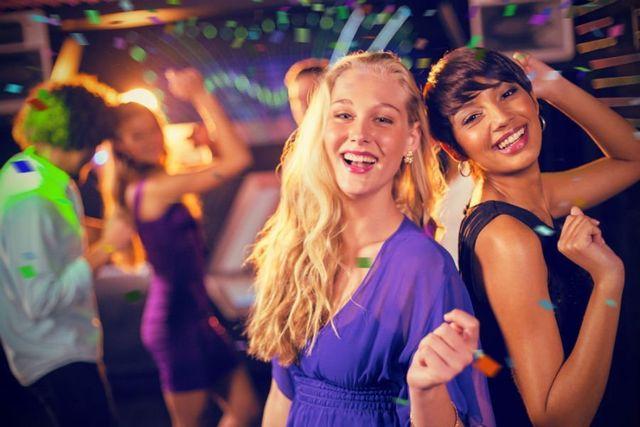 due ragazze sorridenti in un pub