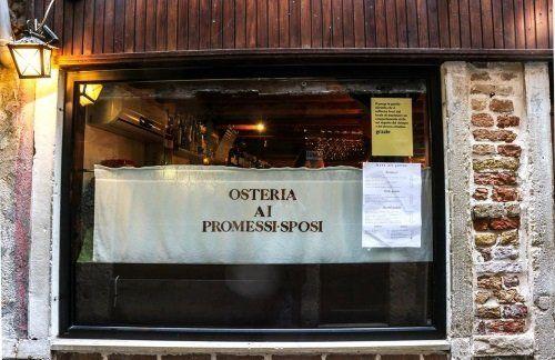 Tendina nella finestra con il nome del ristorante