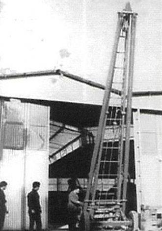 una foto in bianco e nero con un capannone