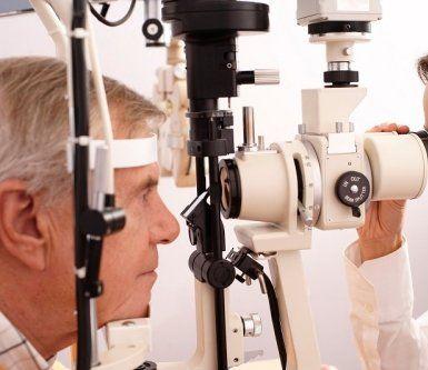 medico durante una visita oculistica