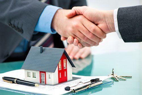 Stretta di mano con il cliente dopo una compravendita immobiliare a Genova