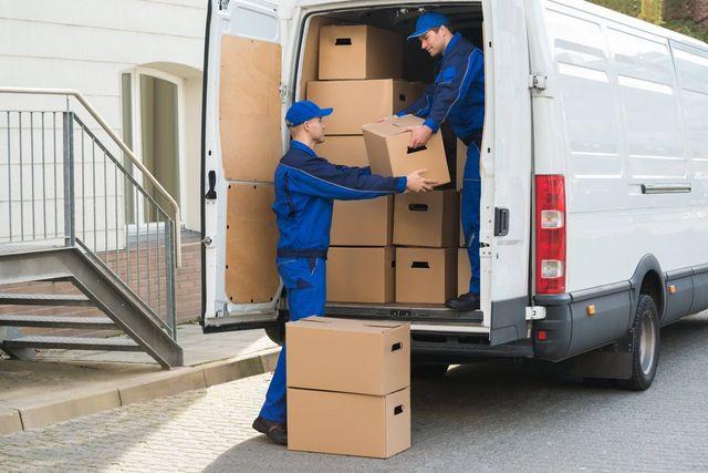 facchini scaricano scatole da un furgone