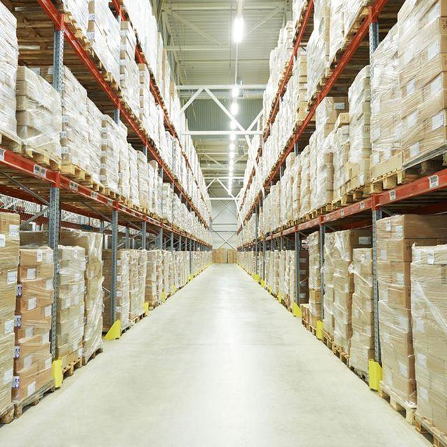 Interno di magazzino con pacchi ordinati sugli scaffali