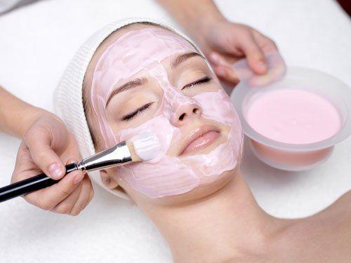donna con maschera al viso