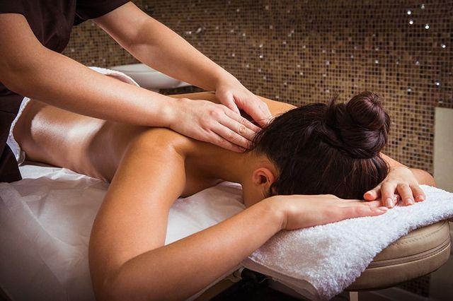 estetica Enza -un uomo pratica un massaggio alla schiena di una donna in una Spa
