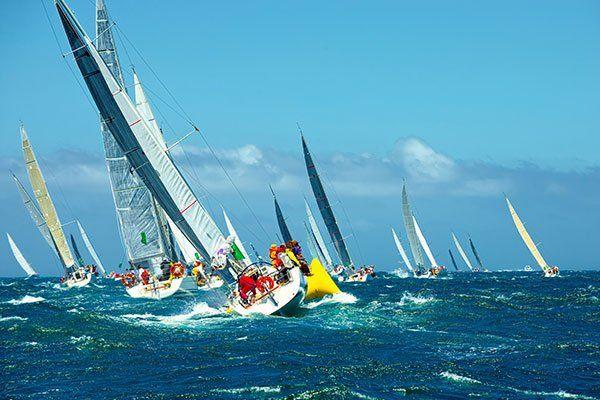 una serie di barche a vela in mare