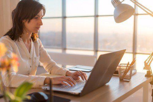 Donna concentrata lavorando nel computer