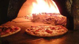 pizze nel forno a legna