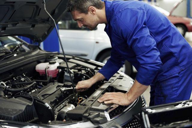mecanicien dans un garage automobile.