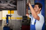 Image d'un mécanicien automobile travaillant à l'alignement des roues d'un véhicule