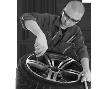 image d'un mécanicien automobile chez Transmission mm Québec