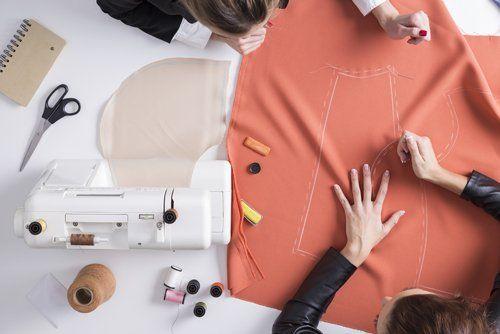 taglio e disegno di un tessuto