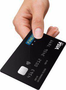 Mano dando una carta di credito della banca