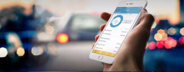Usando la applicazione della banca nel smartphone