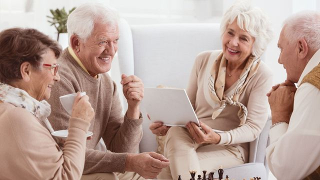 Anziani che chiacchierano in cerchio