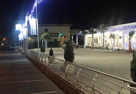 vista dall'esterno di un ristorante con delle palme