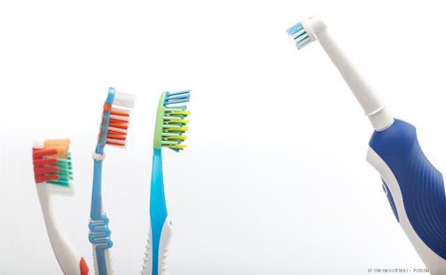 Zähne von Hand oder elektrisch putzen?
