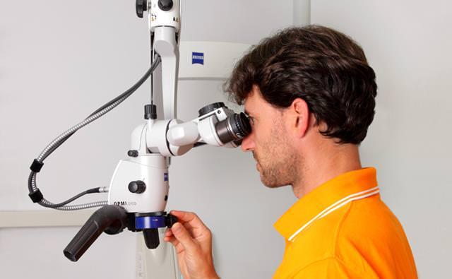 Wurzelbehandlung mit Hilfe des Op-Mikroskops