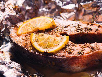piatto di pesce saporito con limone