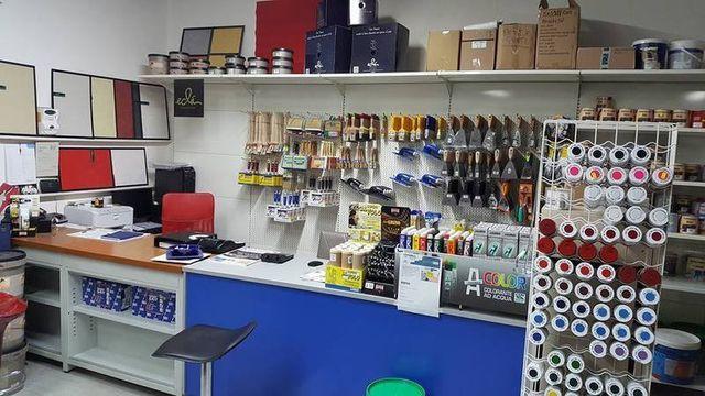 interno del negozio con le tinte in vendita