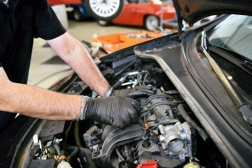 officina meccanica mentre lavora su motore di una macchina