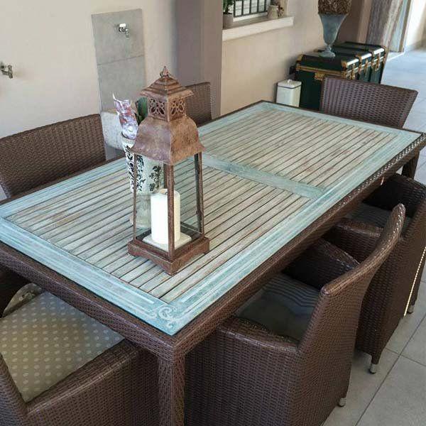 tavolo di bambù e una sedia con candela su di esso
