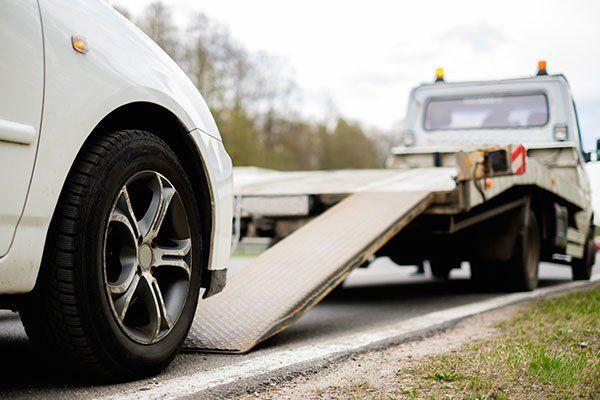 Caricamento auto rotta su un carro attrezzi su una strada