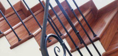 Ringhiera in metallo per una scala interna fatta in legno