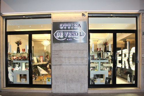 Vista frontale del negozio di optometrista Ottica De Vero a Nocera Inferiore