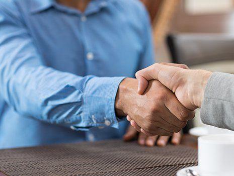 Stretti di mani chiudendo un accordo
