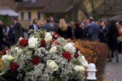 Composizione floreale sulla tomba