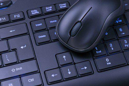 una tastiera e un mouse wireless