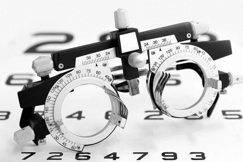 degli occhiali calibrati per visita specialistica