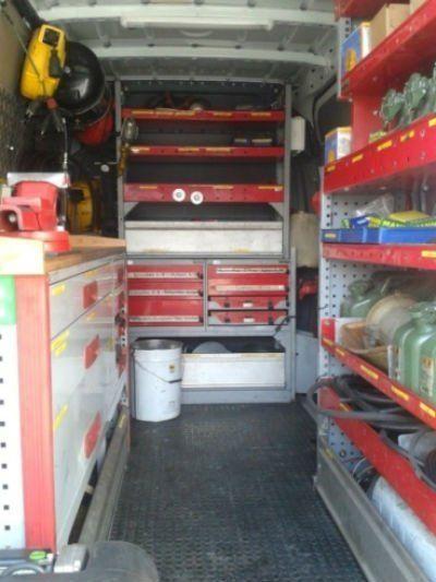Interno del furgone coi sui attrezzi da lavoro