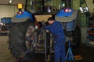 Riparando la ruota di un trattore